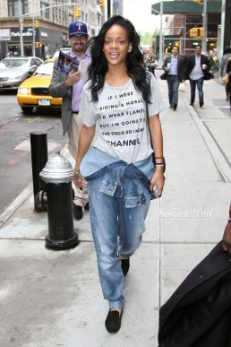 Makeup-less Rihanna lets her t shirt explain her style in New York City
